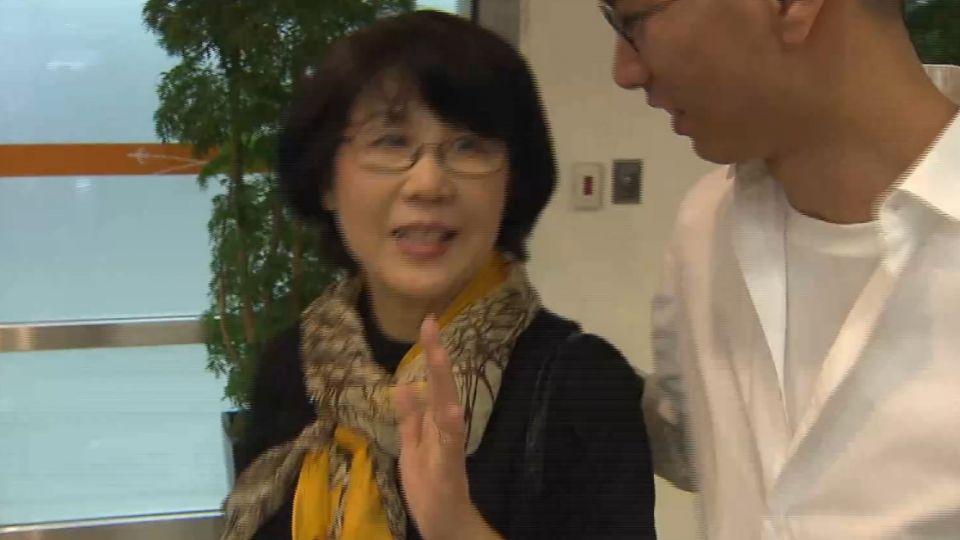翁啟惠妻搭同班機返台 低調謝絕回應