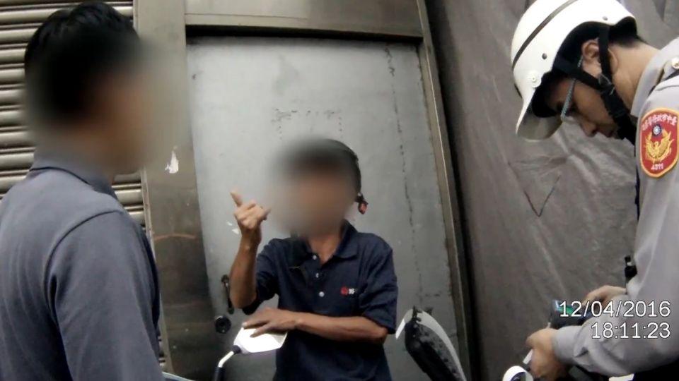 騎車酒駕被警攔查 同事有經驗「宣判」罰則