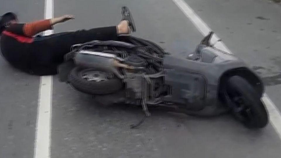 買飯急開車門! 騎車婦撞上 差30公分被輾