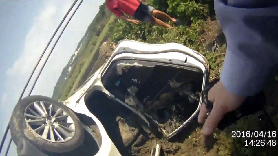 為了趕蚊子! 女駕駛開車撞電桿 翻進田裡呼救