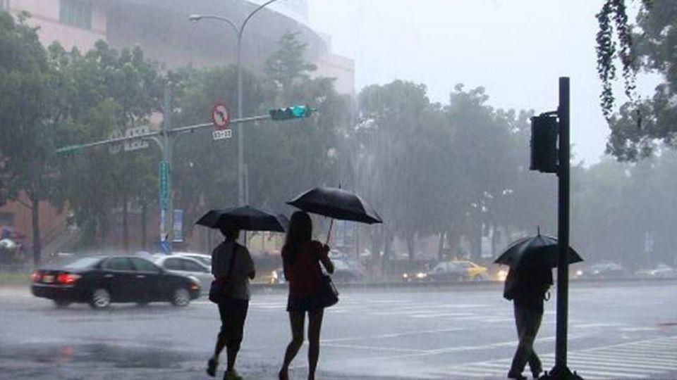 清晨風狂雨驟嚇醒!今防瞬間大雨雷擊強陣風