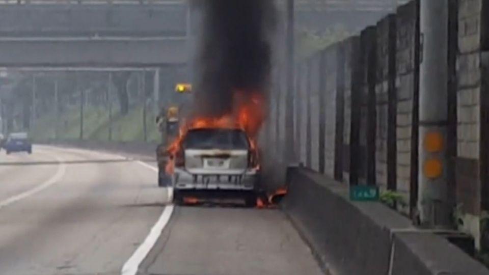 水箱過熱!停車檢查...3秒火燒車 夫妻驚逃