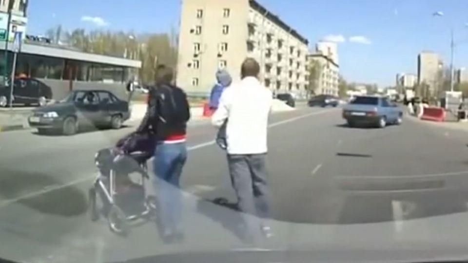 「只差幾公分撞到家人」 火爆老爸痛扁駕駛