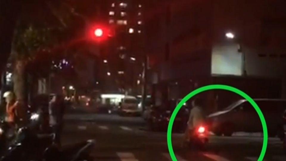 直擊!一周一車禍 台中迷你窄巷設「紅綠燈」