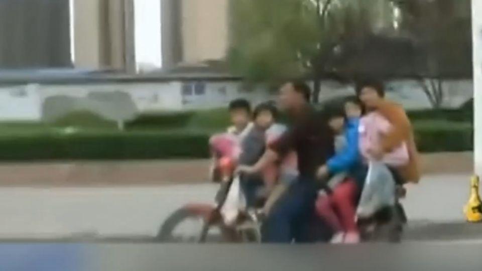危險父母!圖接送方便 一摩托車超載6人