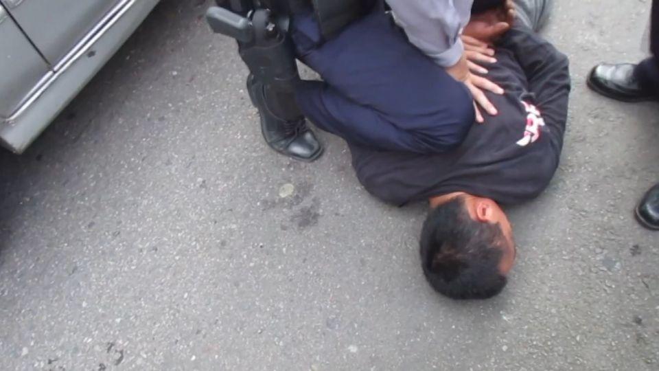 黑衣平頭男遭警壓制 害怕到一句話都不敢吭!
