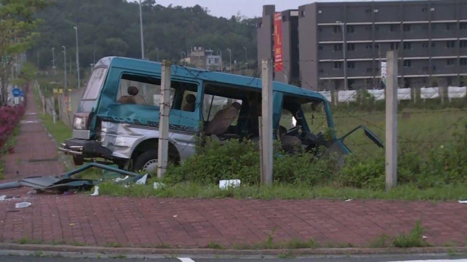 閃黃燈路口未減速  2廂型車高速衝撞 8人傷