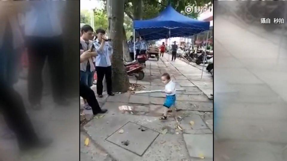 男童持鐵棒對抗城管 霸氣喊:別碰我奶奶!