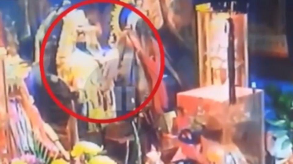 警在場! 偷「北極殿」金牌犯眾怒 賊遭逼跪打腳板