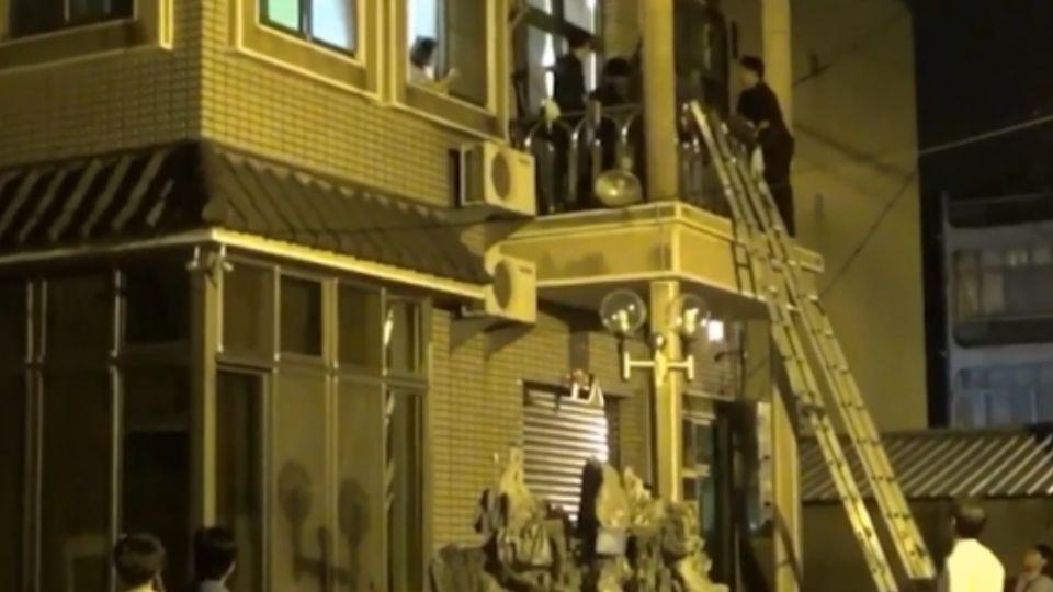 警架長梯「攻城」 破獲非法地下簽賭站