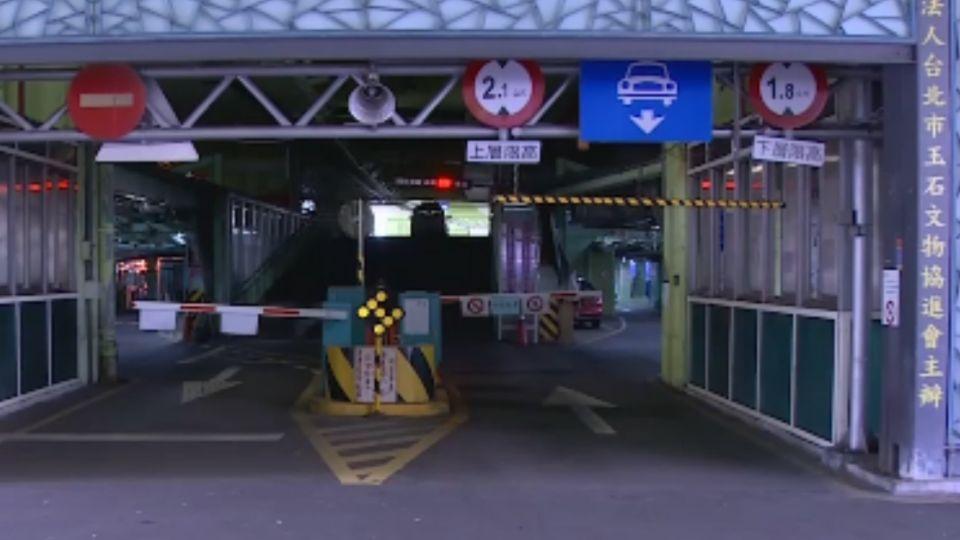建國南北路停車場監視器 完全無法辨識車牌