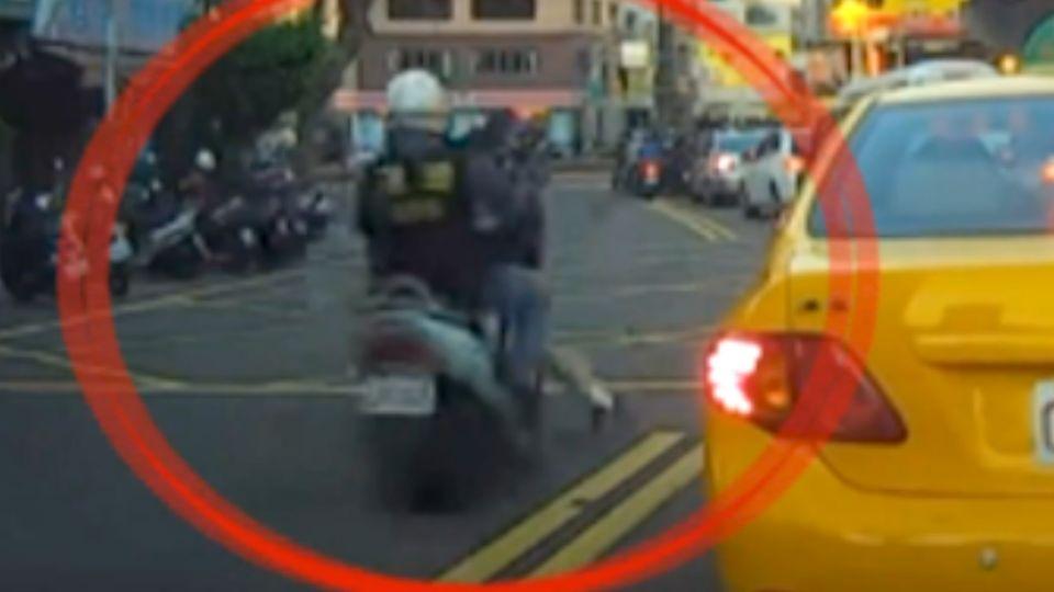 搶快不看路 下一秒行人遭騎士撞飛倒地