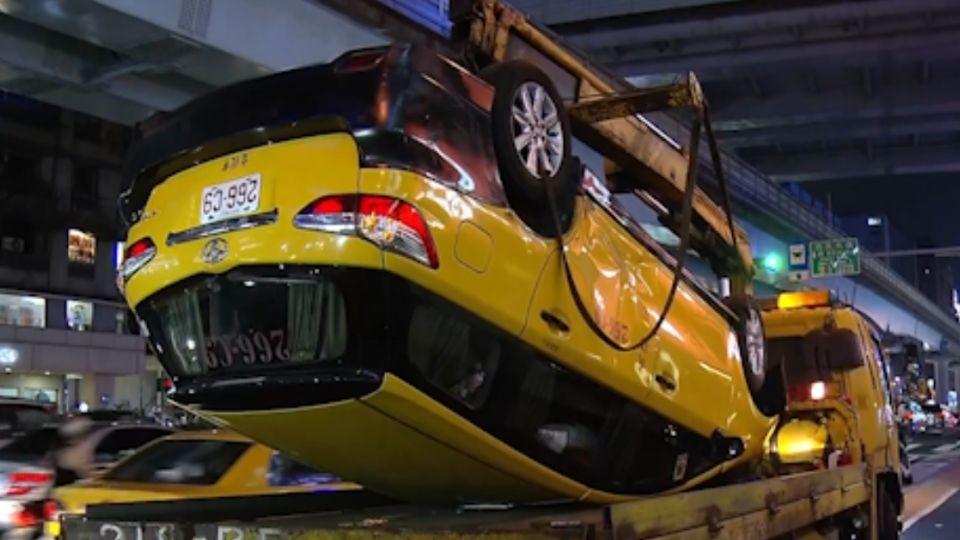 見塞車急切車道 計程車遭撞翻車乘客傷