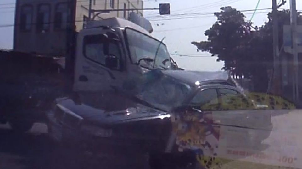 驚悚錄! 沒減速衝路口 貨車攔腰撞2死3傷