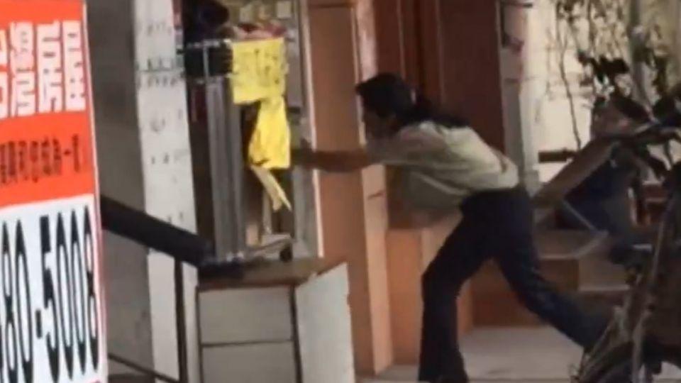 為一件衣服爆衝突! 女子街頭狂毆婦人