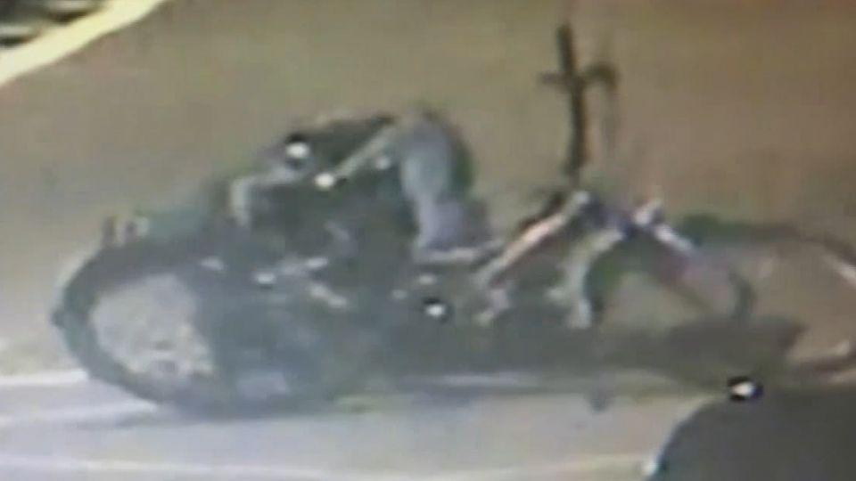 騎腳踏車偷竊 笨賊大街上竟「慘摔」