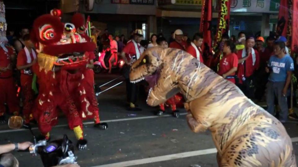 【影片】恐龍也愛跳陣頭!亂入尬舞獅竟被狼狽慘電
