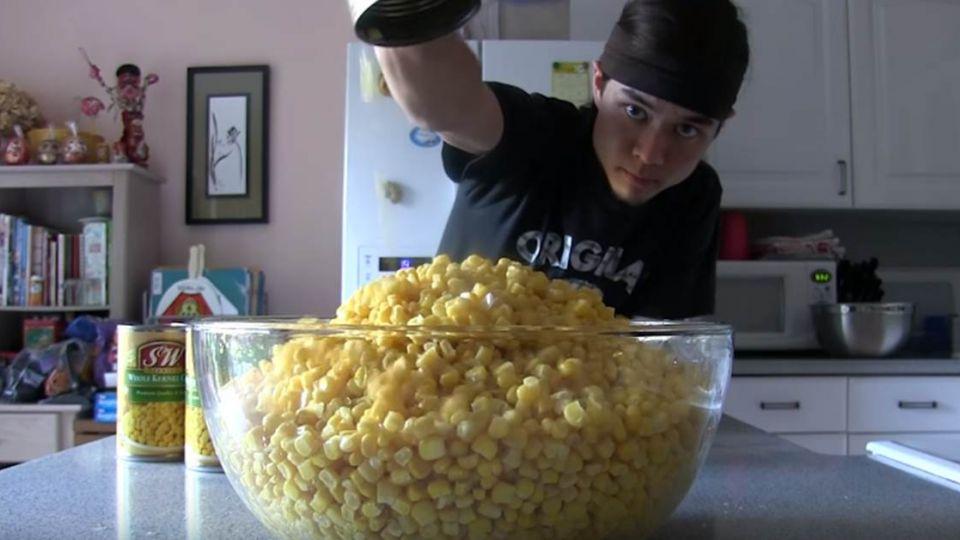 【影片】美大胃王狂嗑黃金玉米山 網友竟只想看「那檔事」