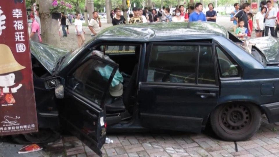 疑婦人驚慌誤踩油門 國道休息站轎車暴衝