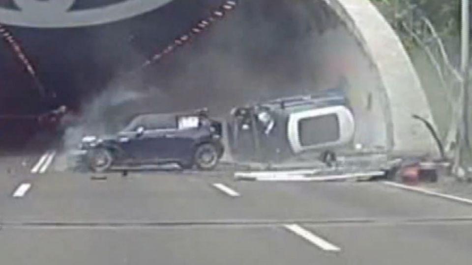 國道逼車糾紛 同款名車擦撞翻車 4人傷