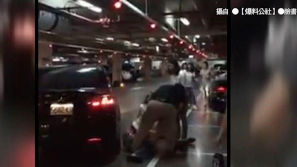 疑搶車位糾紛 美式賣場上演摔角勒脖戰