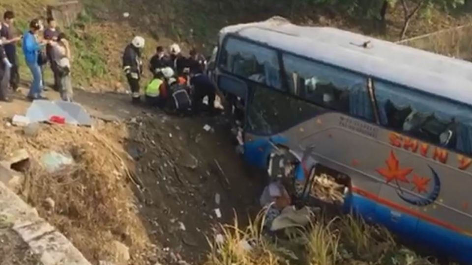 【影片】國道驚魂!南投學生專車翻覆邊坡 釀25傷
