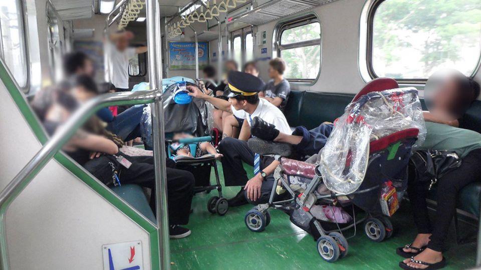 帶嬰兒出門父母累翻 列車長「一個舉動」貼心破表