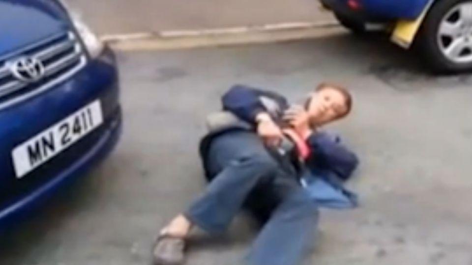 叫他「碰瓷王!」 演技一流選豪車撞