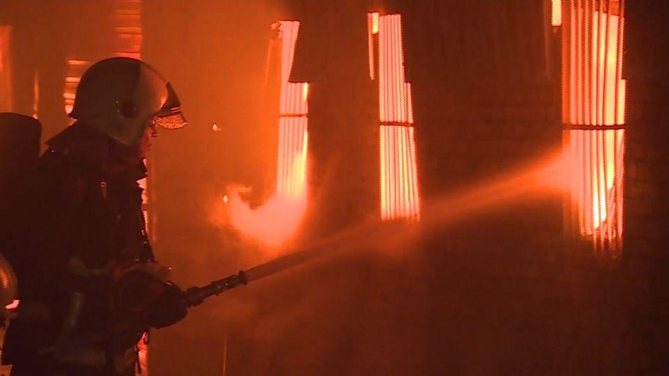 450坪違建鐵皮屋大火 燒光成衣暢貨中心