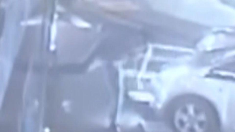 「紅燈你還闖」 駕駛衝上公車狂毆司機