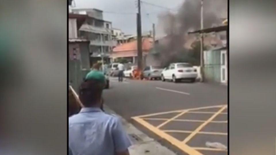 縱火?! 廢棄物冒火 波及二車傳爆炸聲 居民搶救