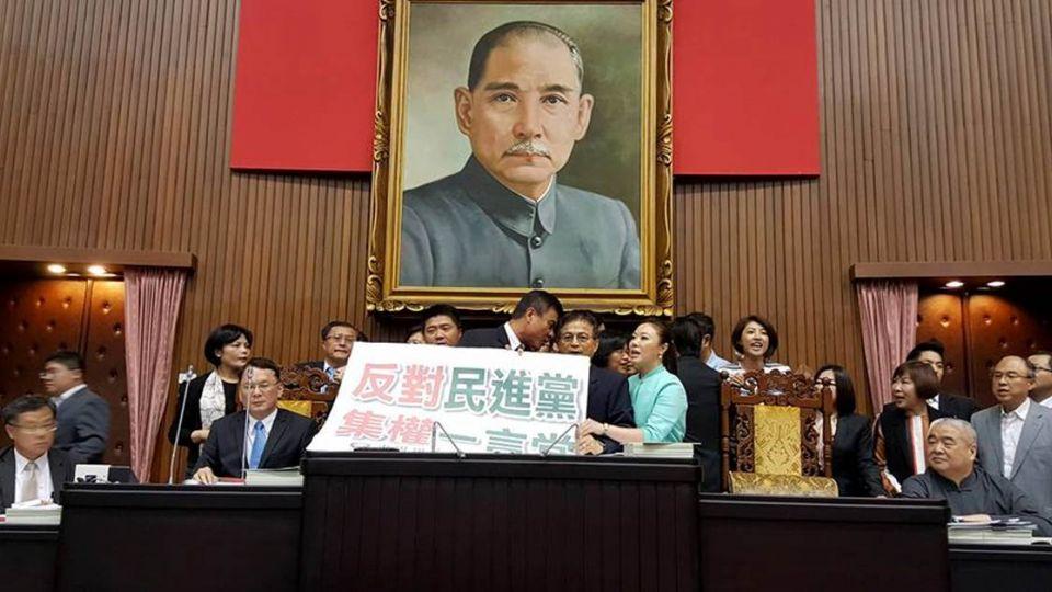 綠撤課綱藍抓狂!國民黨史上首次霸佔主席台