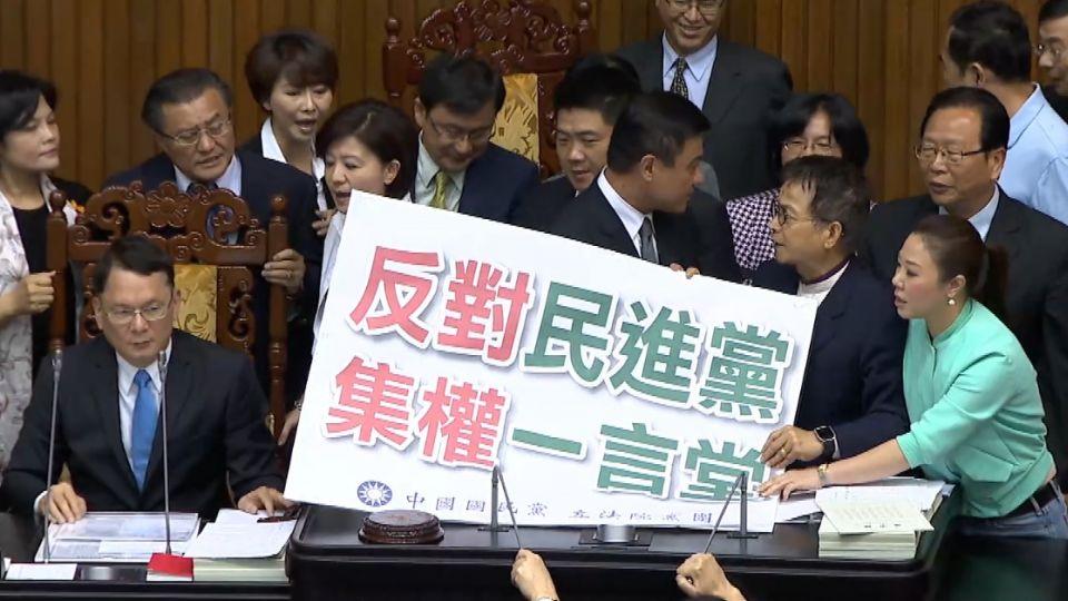 史上首次! 國民黨霸佔立院主席台