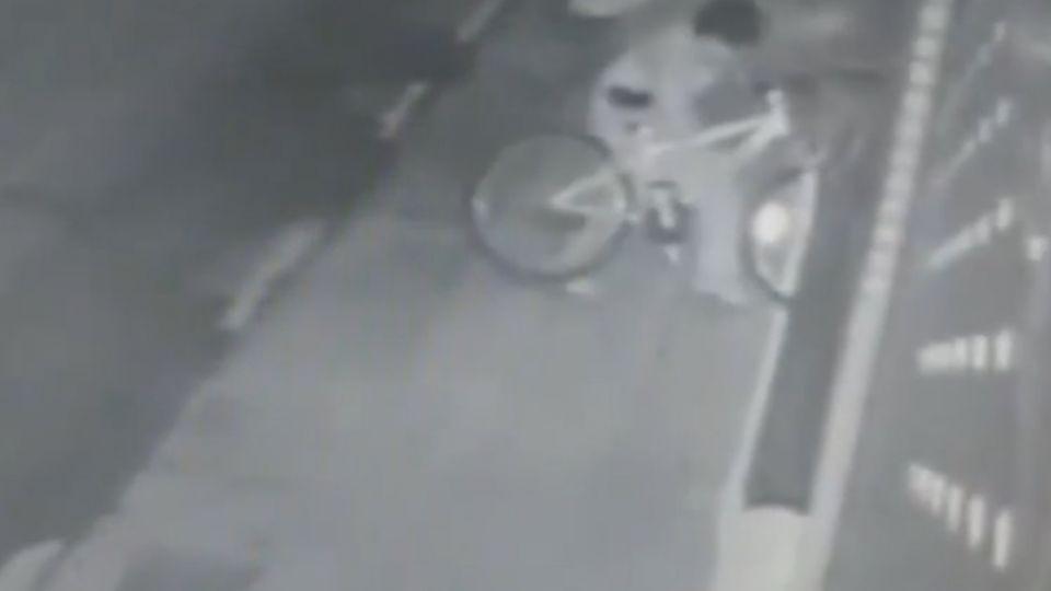 玩過頭!?男童牽腳踏車卡鐵捲門 搞破壞?