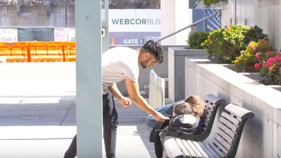 【影片】感動百萬網友!男塞錢實驗測善心 街友竟然…