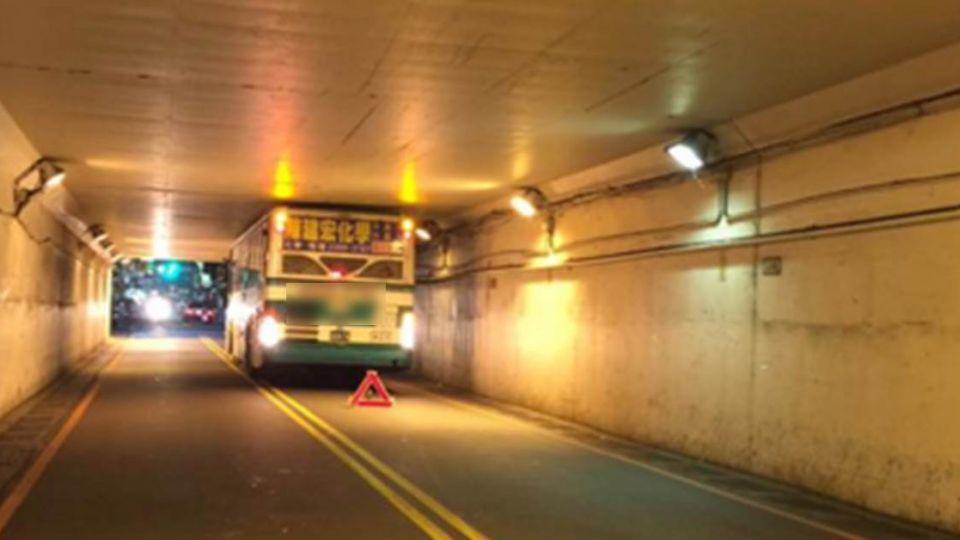 最大路障!公車硬闖涵洞GG了… 網友狂問:怎出來啊