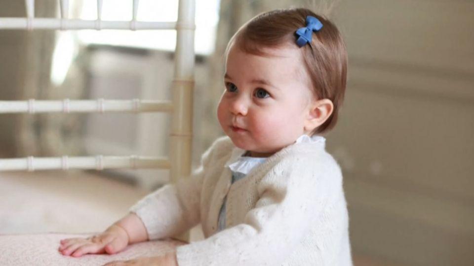 小公主夏綠蒂滿周歲 英王室公布學步萌照