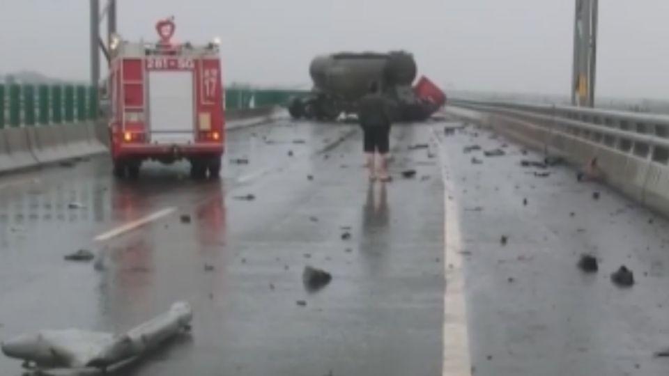 天雨自撞護欄 駕駛10米高架道拋飛墜亡