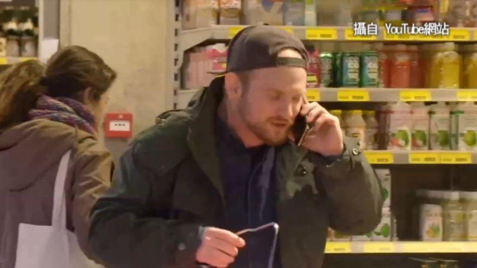 「手機快沒電 講快一點」 男子超市上演RAP秀