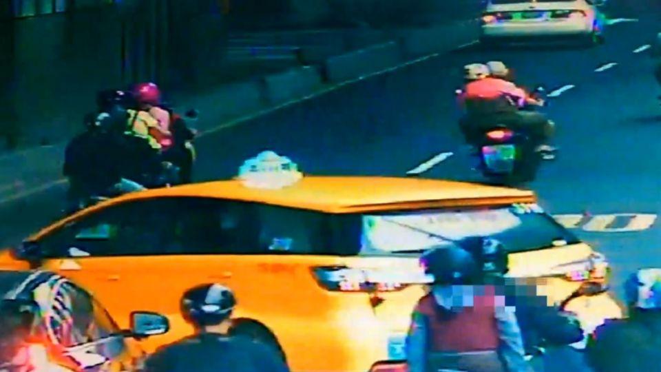 「快點下車」小黃違規載客還想跑 警舉槍喝止