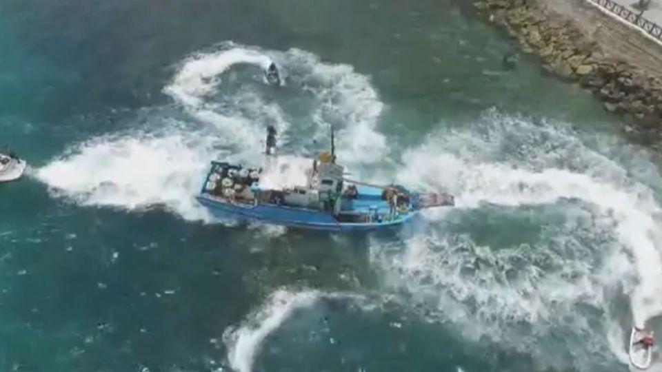 漁船擱淺 首見水上摩托車繞圈造浪營救