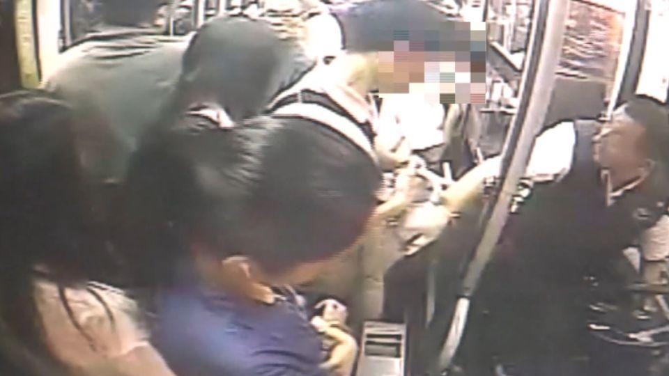 「你在幹什麼」 公車司機勇抓性騷擾男子