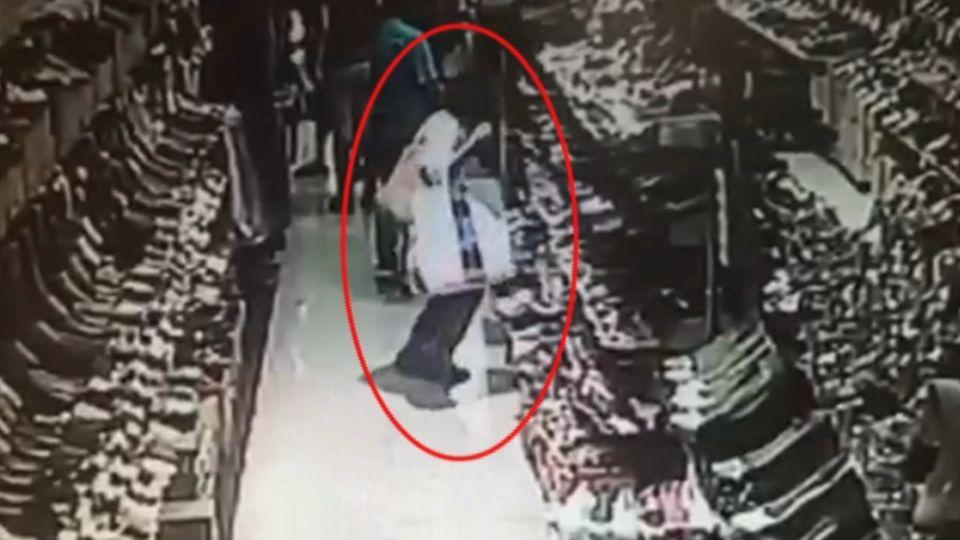 「讓她跪下來」 日女行竊失風被逮遭店員壓制