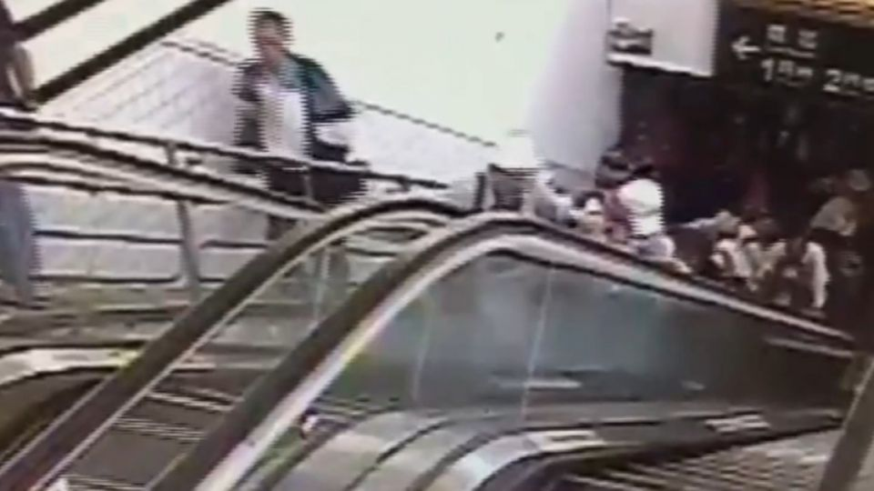 花蓮車站電扶梯突「倒退嚕」 8人摔一團送醫