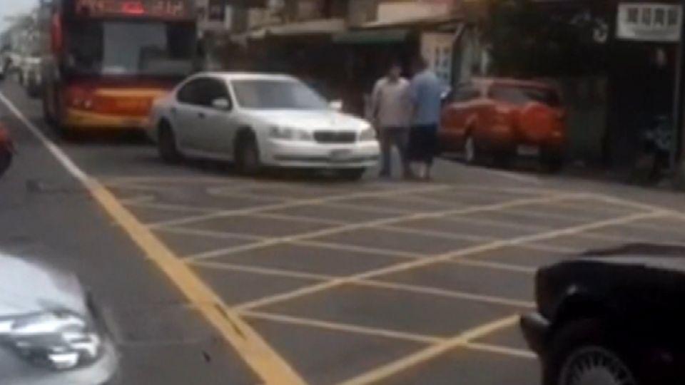快報警! 轎車怒被叭擋客運 駕駛路中央開打