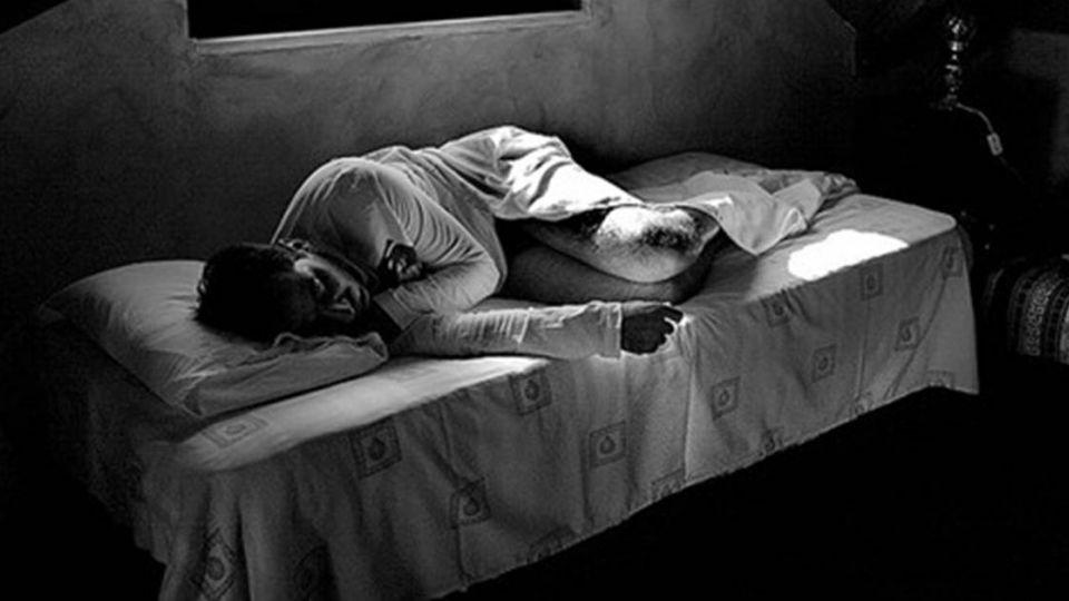 貪戀「小鮮肉」!男趁室友熟睡 上下其手