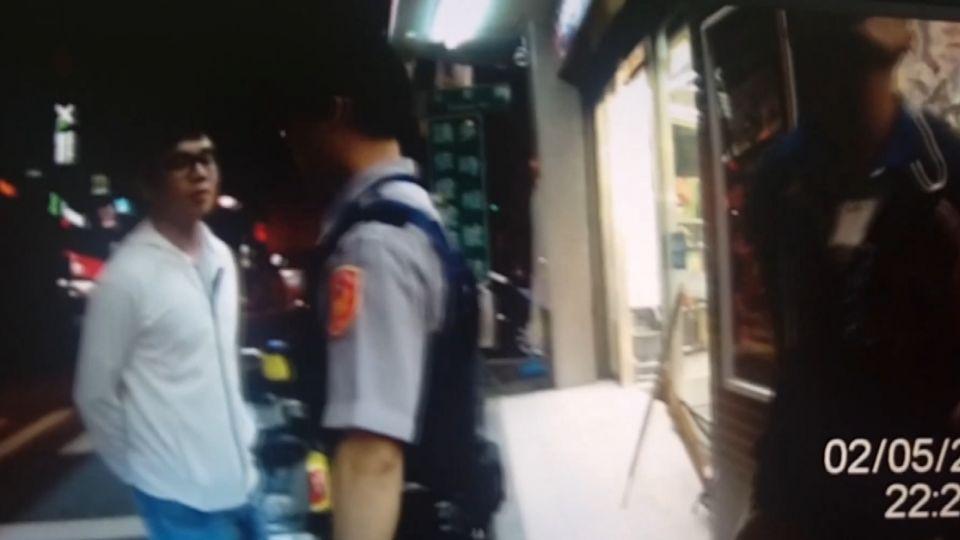 男子超商外抽K菸 遇警盤查 起爭執大吵