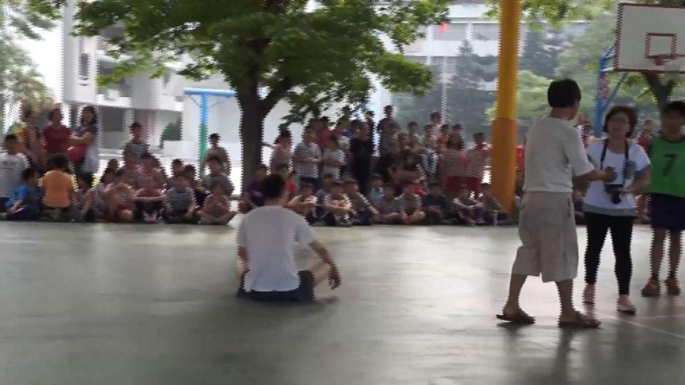 父子翻牆闖校園 怒罵「比賽太吵」還打老師