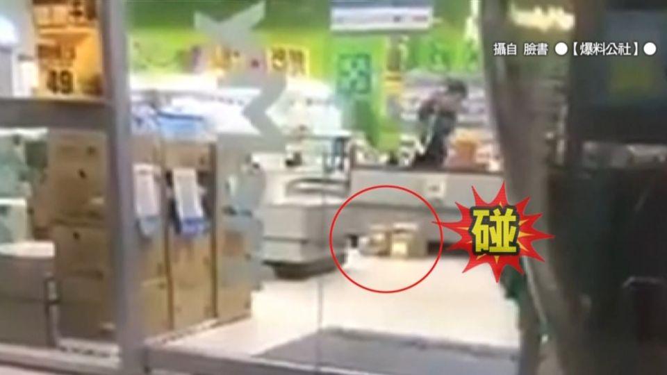 超商包裹刷條碼 店員「自由落體法」整理