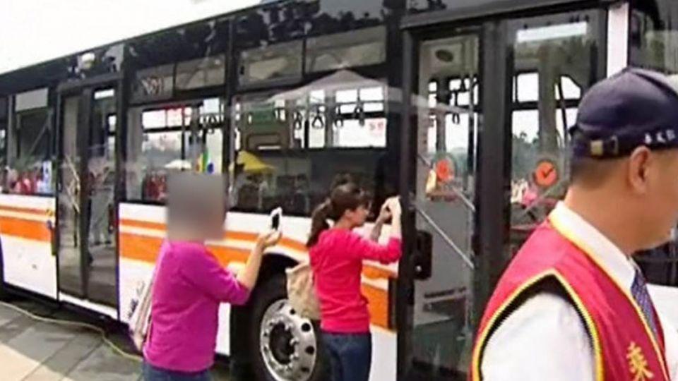 【影片】搶錢?搭公車來回雙北 「百元鈔」飛了